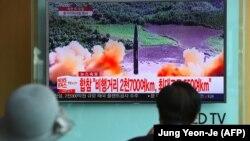 Жители Южной Кореи наблюдают за запуском северокорейской баллистической ракеты в августе 2017 года. Испытания баллистических ракет были заморожены Пхеньяном после саммита Трампа и Ким Чен Ына в июне 2018 года.