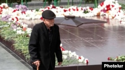 Armenia -- A veteran at the World War II memorial in Yerevan, 9May2011.
