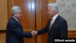 Президент Армении Серж Саргсян принимает государственного министра Соединенного Королевства Великобритании по вопросам Европы и Америк Алена Дункана, Ереван, 27 сентября 2017 г.