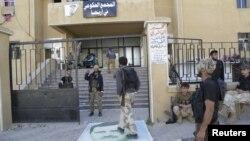 Повстанцы напротив правительственного комплекса в Арихе, 29 мая 2015 года.