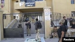 Повстанцы напротив правительственного комплекса в Эрихе, 29 мая 2015 года.
