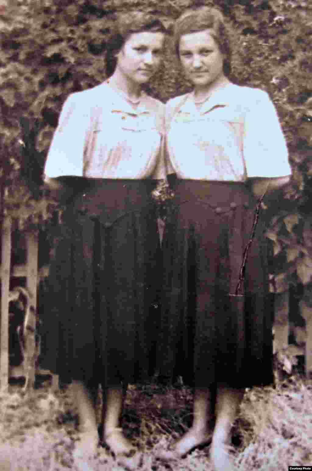 (stânga) Silvia și Olga Calea-Valea în vârstă de 16 ani, la o ieșire în parc. Sculeni, 1954