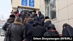 Армениядан көлік алғандар Нұр-Сұлтан қалалық полиция департаменті алдында тұр. 14 ақпан 2020 жыл.