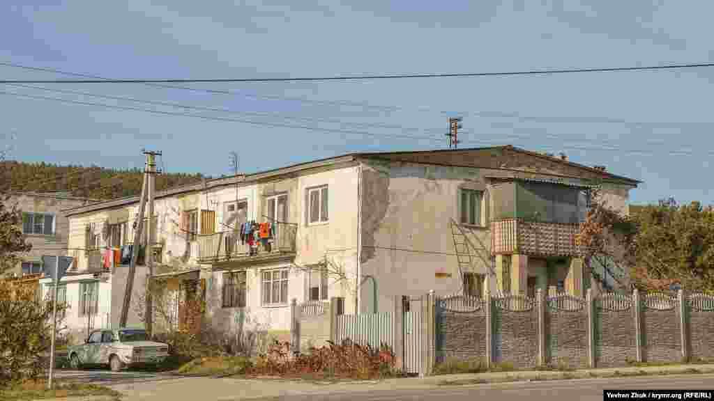 Однако встречаются и с двумя этажами: такие здесь строил совхоз «Севастопольский», который существовал с 1920-х годов
