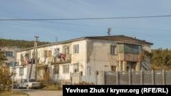 Старый двухэтажный дом в поселке Сахарная Головка