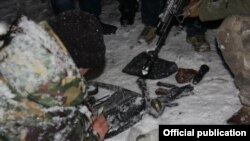 Хавфсизлик ходимлари террор гуруҳини тутишда қўлга туширган қурол-аслаҳалар, Бишкек, 2015 йил 10 декабри.