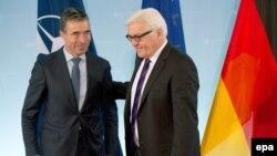 Frank-Walter Steinmeier (d) dhe Anders Fogh Rasmussen (m)