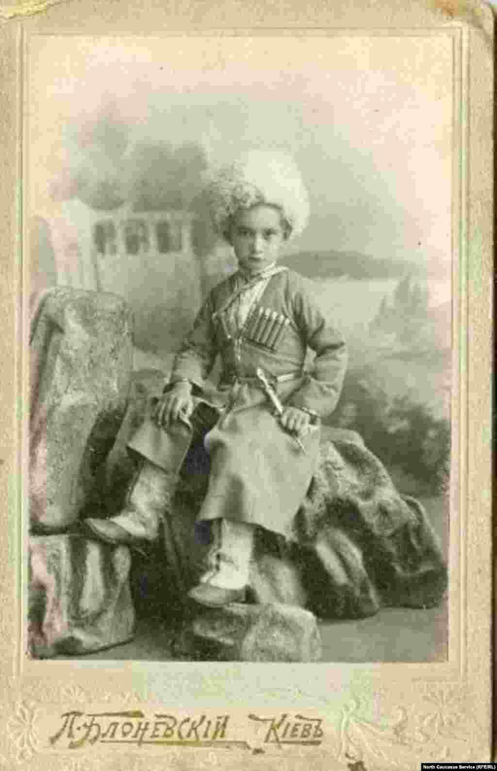 Черкеска была не только традиционной одеждой горцев Кавказа. Казаки отдаленных краев также любили щеголять в ней. На этом фото, снятом в Киеве, ребенка, очевидно, специально нарядили в черкеску.