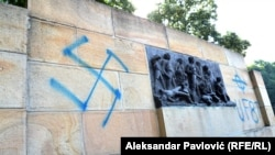 Nacistički znak na spomeniku žrtvama iz Drugog svjetskog rata u Jajincima, juli 2015