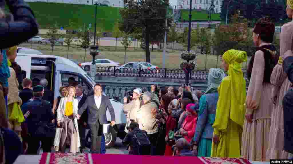 Кызыл келәмнән кино-театр йолдызлары үтә, беренче булып Камал театры артисты Искәндәр Хәйруллин килә