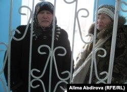 Родственницы осужденных стоят у тюрьмы УКА 168/2. Актобе, 23 февраля 2011 года.