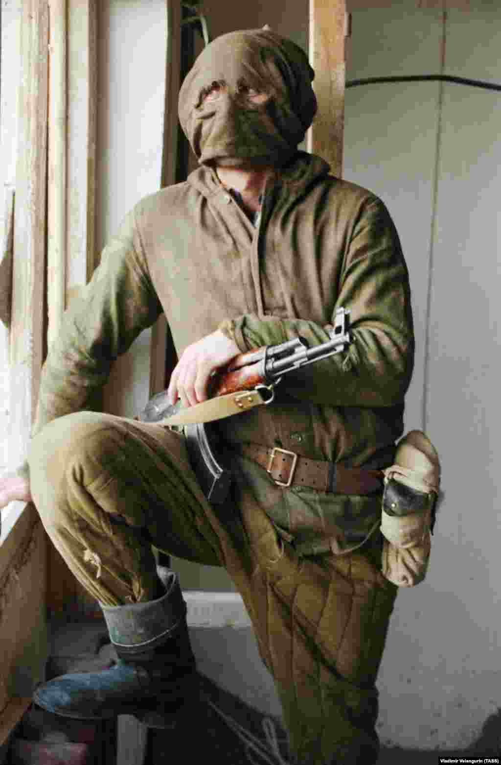 Боец-осетин в маске. Похищение людей также стало обычным явлением в регионе во время боевых действий