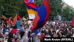 Протестующие на проспекте Баграмяна с ликованием встречают решение о заморозке тарифа на электроэнергию