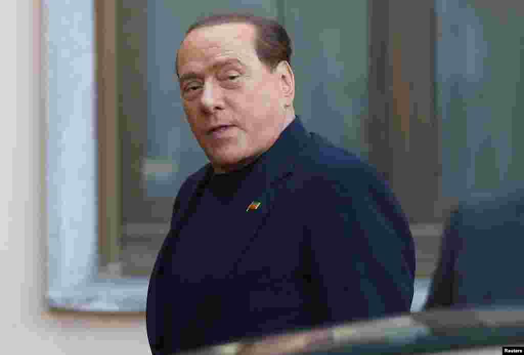 9 мамыр күні Италияның бұрынғы премьер-министрі Сильвио Берлускони бұған дейін өзіне қатысты шыққан сот шешіміне сәйкес, Милан қаласы маңындағы қарттар үйінде қоғамдық жұмыстарды атқаруға кірісті. 77 жастағы Берлускони осы мекемеде жатқан ақыл-есі нашар қарияларға көмектеседі деп хабарланды. Суретте: Сильвио Берлускони сот шешіміне сай қоғамдық жұмыс істеуге қарттар үйіне келді. Италия, 9 мамыр 2014 жыл.
