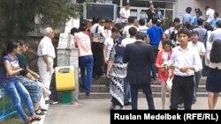 На экзамене по комплексному тестированию абитуриентов. Алматы, 19 июля 2013 года.