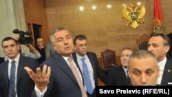 Premijer u Skupštini za vrijeme svađe sa poslanicima, 13. maj 2016.