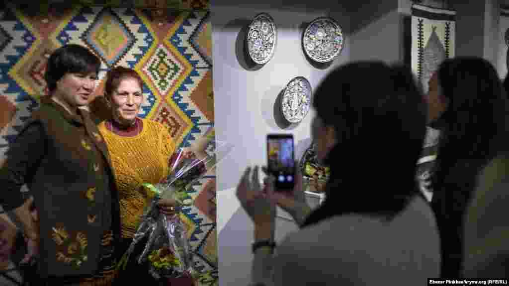 Відвідувачі виставки фотографуються з майстринею на пам'ять