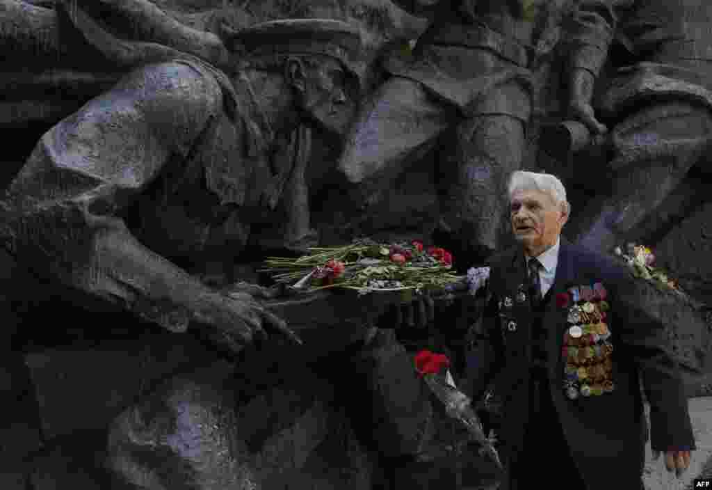 2015-жылы 9-майда Улуу Жеңиштин 70 жылдыгыбелгиленди. Бир катарБатыш лидерлериМосква менен Бээжинде өткөн жеңиш парадына байкот жарыялашты.