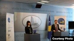 Zëvendsëministri i Jashtëm i Kosovës Petrit Selimi dhe drejtoresha e Këshillit Britanik, Arjeta Emra ne konferencë për gazetarë, Prishtinë, 26 mars, 2012