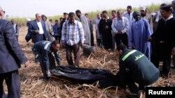 Сотрудники скорой помощи уносят тело погибшего в результате падения воздушного шара. Луксор, 26 февраля 2013 года.
