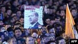 Թուրքիա - Իշխող «Արդարություն և զարգացում» կուսակցության աջակիցները հավաքվել են կուսակցության գլխավոր գրասենյակի մոտ, Անկարա, 2-ը նոյեմբերի, 2015թ․