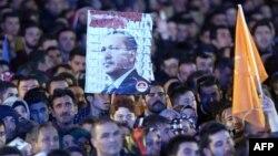 Թուրքիա - Իշխող «Արդարություն և զարգացում» կուսակցության կողմնակիցները հավաքվել են կուսակցության գլխավոր գրասենյակի մոտ, Անկարա, 2-ը նոյեմբերի, 2015թ․