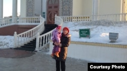 Анар Сариева с дочерью Шахназ Сансызбай. Фото из семейного архива.