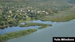 Râul Nistru, vedere spre satul Popenchi de pe malul stâng