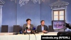 Тацяна Караткевіч і Андрэй Дзьмітрыеў падчас прэсавай канфэрэнцыі