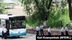 """Полицейские выходят из автобуса недалеко от места митинга """"Несогласных"""". Алматы, 2 июня 2012 года."""