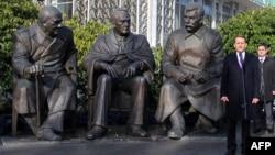 Пам'ятник і Сергій Наришкін, Лівадія, 5 лютого 2015 року