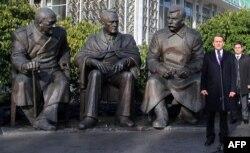"""Памятник """"большой тройке"""" (Черчилль, Рузвельт, Сталин) в Крыму, на месте проведения Ялтинской конференции 1945 года"""