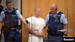 Sulmuesi i dyshuar, Brenton Tarrant, gjatë paraqitjes pranë një gjykate në Kristçërç të Zelandës së Re.