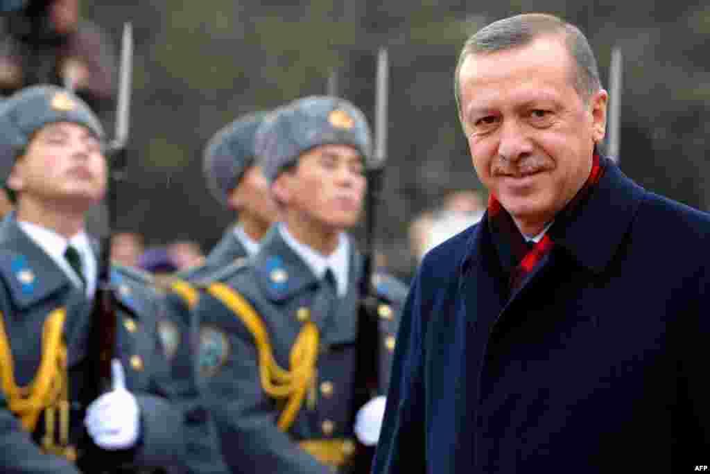 Февраль. Кыргызстан и Турция подписали соглашение о безвизовом режиме во время официального визита премьер-министра Турецкой Республики в Бишкек Реджеп Тайып Эрдоган.