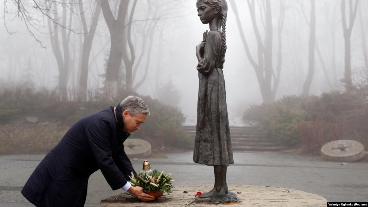 Глава МИД Канады почтил жертв катастрофы самолета МАУ в Иране и Голодомора в Украине
