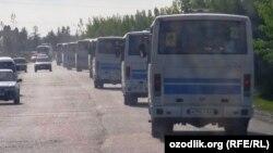 Qo'qon mahallalaridan har kuni shahar avtovokzaliga yig'ilgan hasharchilar avtobuslarda olib ketilyapti.