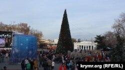 Елка на площади Нахимова в Севастополе, 16 декабря 2017 года