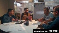 Команда, работающая над проектом Volterman, проводит обсуждение