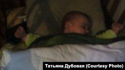 Младенец под двумя одеялами в замерзающей Вихоревке, архивное фото