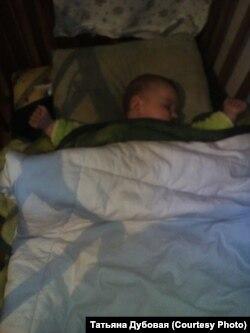 Младенец под двумя одеялами в замерзающей Вихоревке
