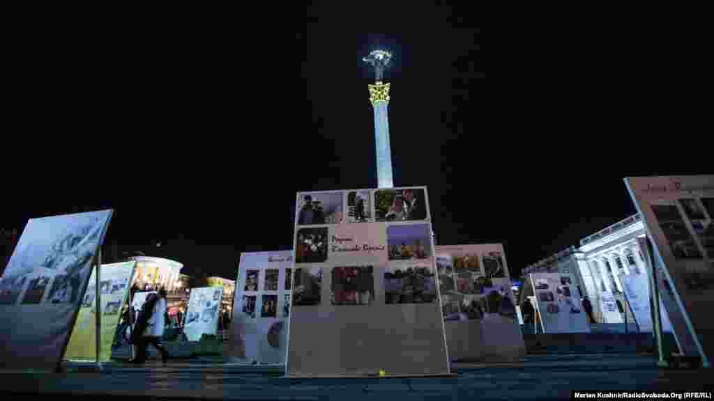 Инсталляция на Майдане Незалежности, созданная из семейных альбомов Героев Небесной сотни.