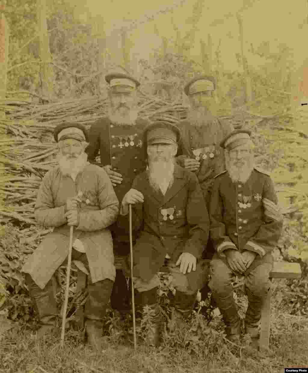 Пять ветеранов Куринского полка, участников Даргинской экспедиции 1845 года, проживающих в укреплении Ведено