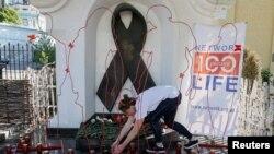 Біля пам'ятного знаку жертвам ВІЛ / СНІДу в Києві, травень 2017 року