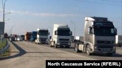 """29 марта около 400 большегрузных автомобилей стояли вдоль федеральной трассы """"Кавказ"""" близ поселка Манас"""