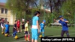 Дети на тренировке по футболу. Иллюстративное фото.