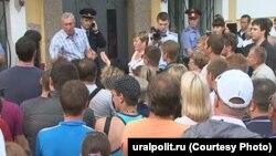 Акция протеста у здания мэрии Среднеуральска. Фото: http://uralpolit.ru