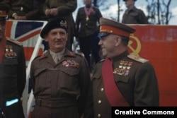 Британский фельдмаршал Бернард Монтгомери и маршал Советского Союза Георгий Жуков в Берлине, июль 1945 года