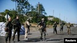 Украинские военные стоят у КПП в селе Дебальцеве Донецкой области. 5 сентября 2014 года.