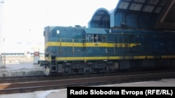 """Дизел-локомотива """"Кенеди"""" на железничката станица во Скопје."""