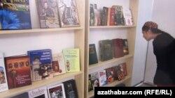 Kitaplara seredip duran türkmen gyzy
